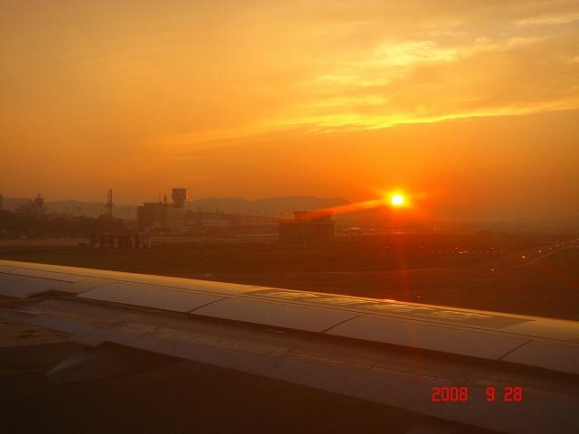 夕日に向かって離陸